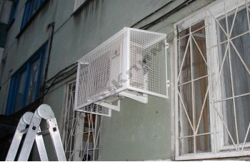 наружный блок на стенке балкона